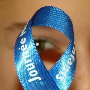 ruban bleu+yeux enfant